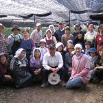 Familie Nakanishi bei der Ernte