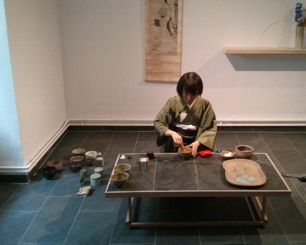 Teemeisterin Yoko bei der Zubereitung des Takeno Jôô Uji Matcha