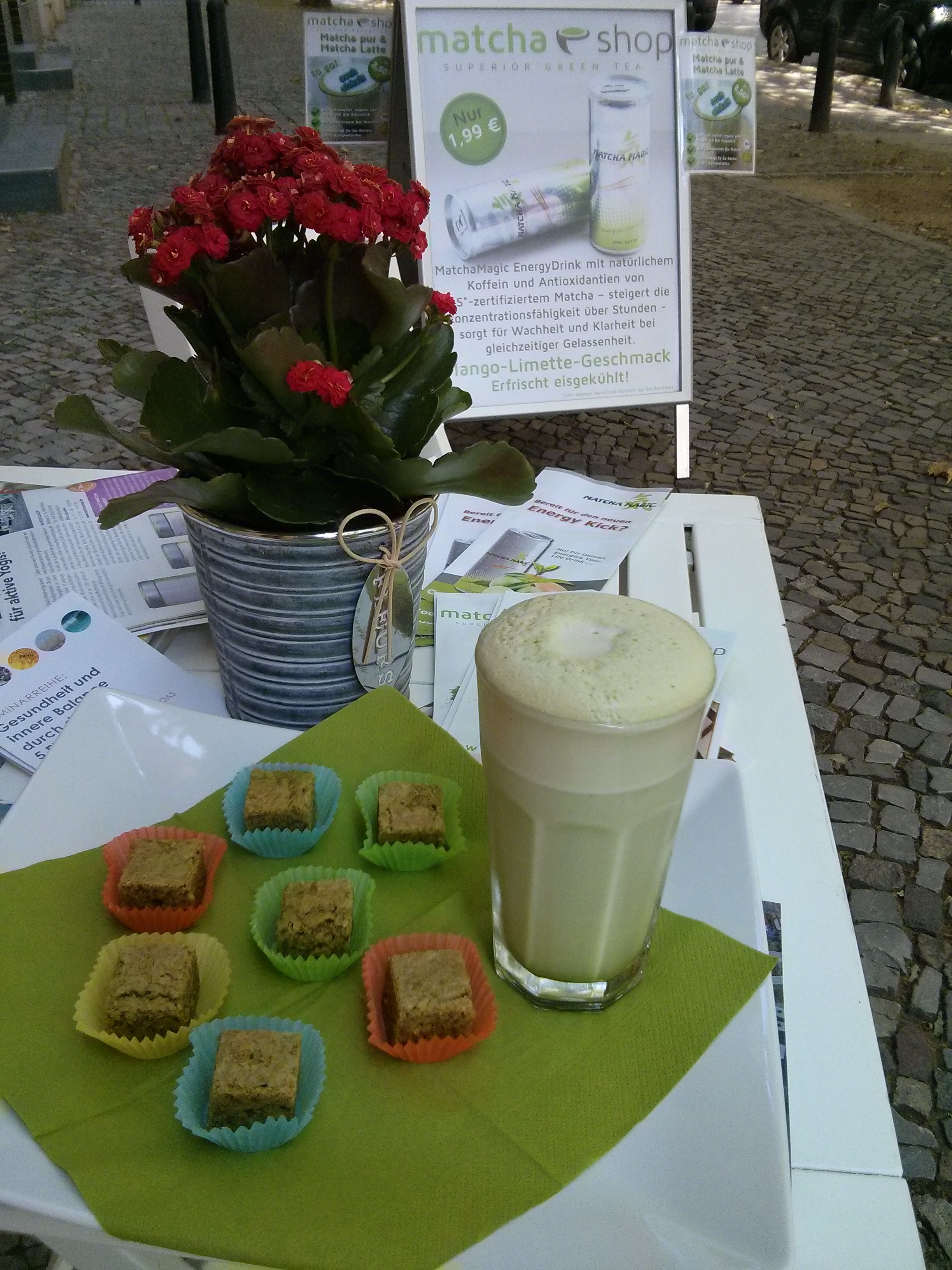 Eiskalter Matcha Latte mit Matcha-Greenies